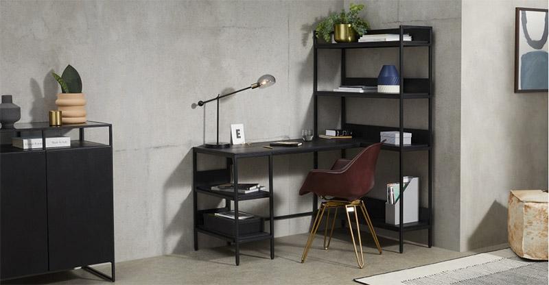 Escritorio de madera de estilo industrial con estantes y cajones