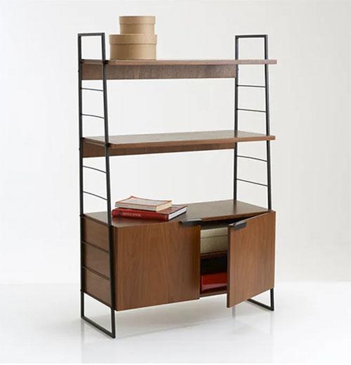 Librería de acero con baldas de madera de nogal
