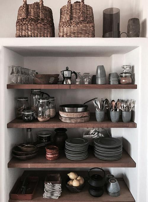 Estantes de cocina abiertos en la decoración de cocinas rústicas