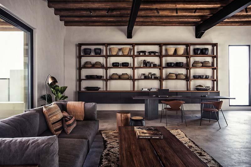Estanterías con cerámica en un salón comedor de estilo boho