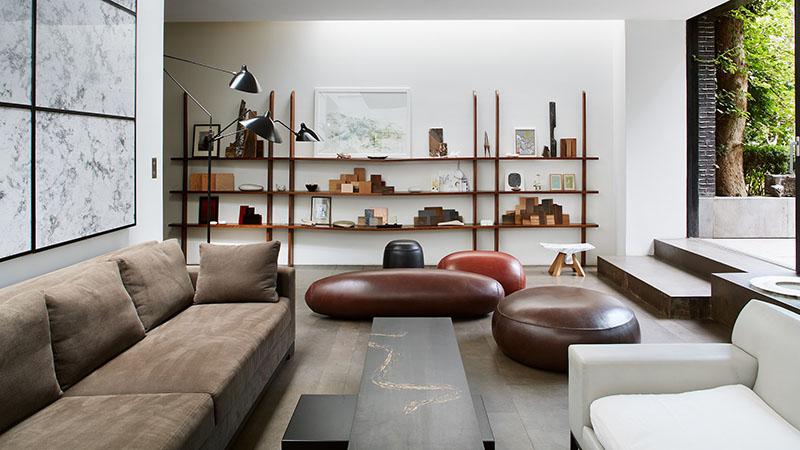 estantería de madera abierta para decorar el salón de casa
