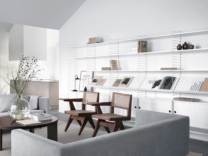 Estanterías String para decorar el salón de un apartamento
