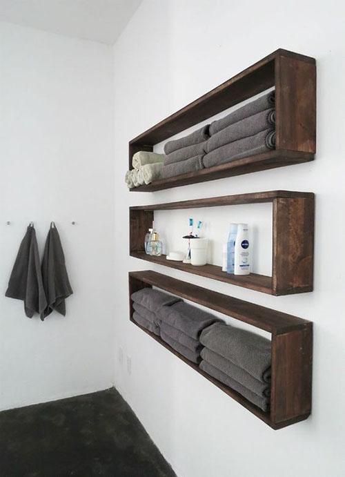 Estanterías en la pared de la ducha