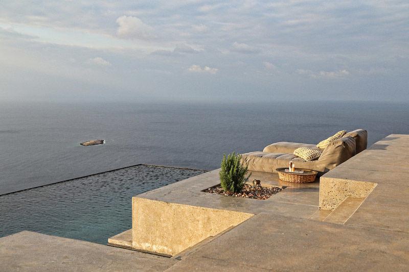 Terraza con piscina en el Mar Mediterráneo