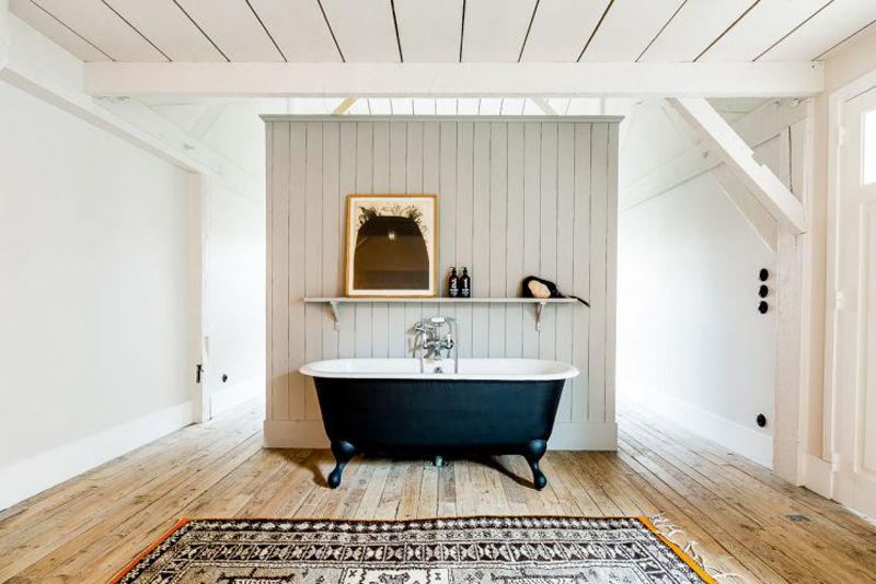 Bañera con patas en el lavabo de una casa de montaña