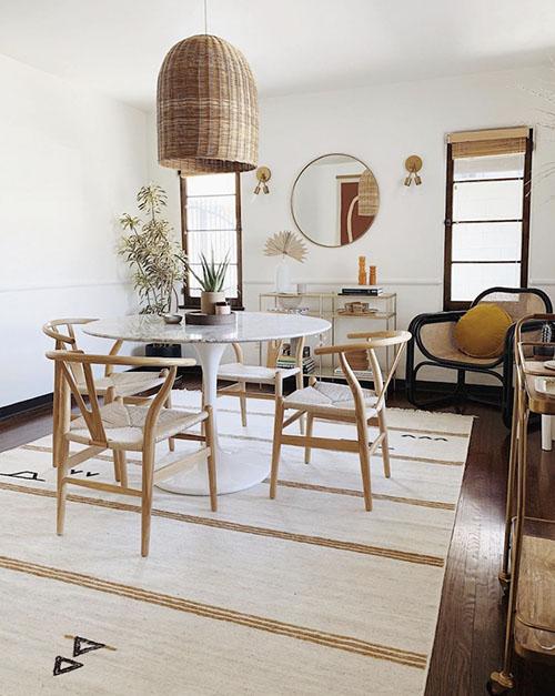 mesas de comedor redondas en una casa pequeña