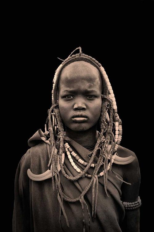 niño de la tribu mursi de etiopía