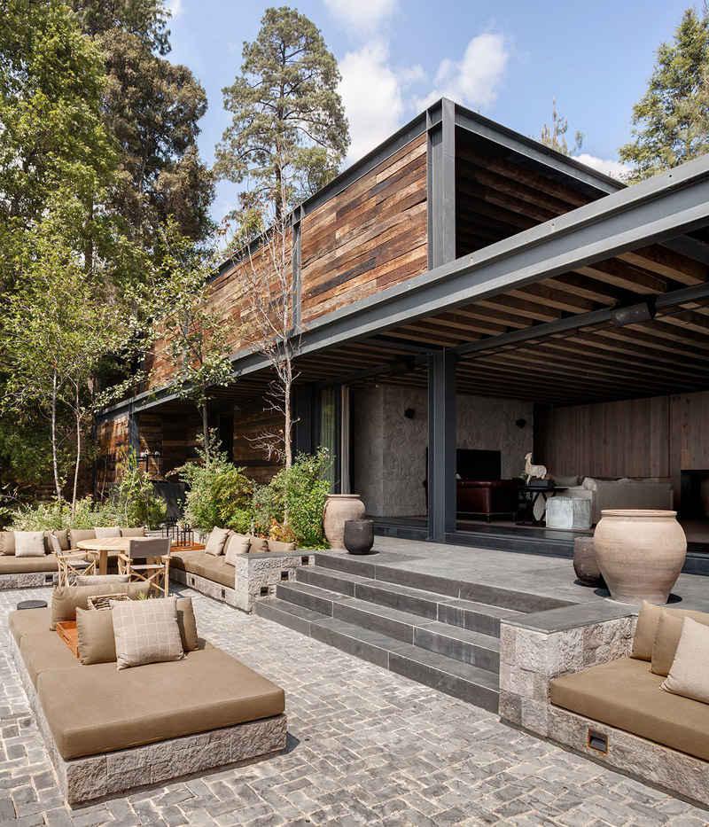 Hierro y madera en las fachadas de las casas de campo modernas