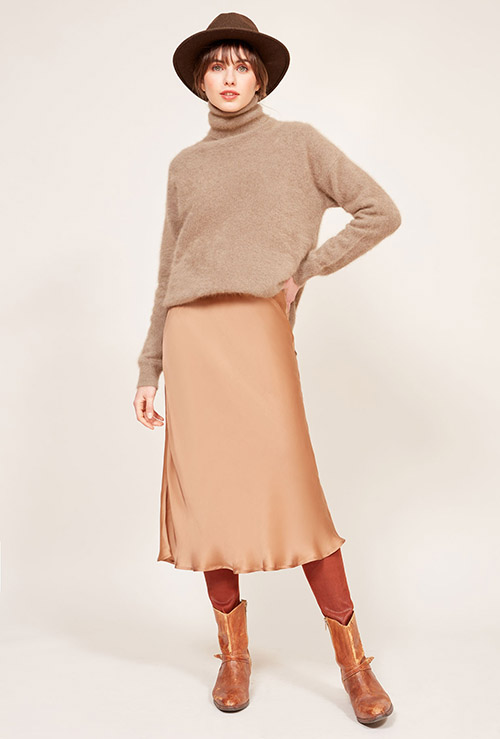 falda saten de color camel
