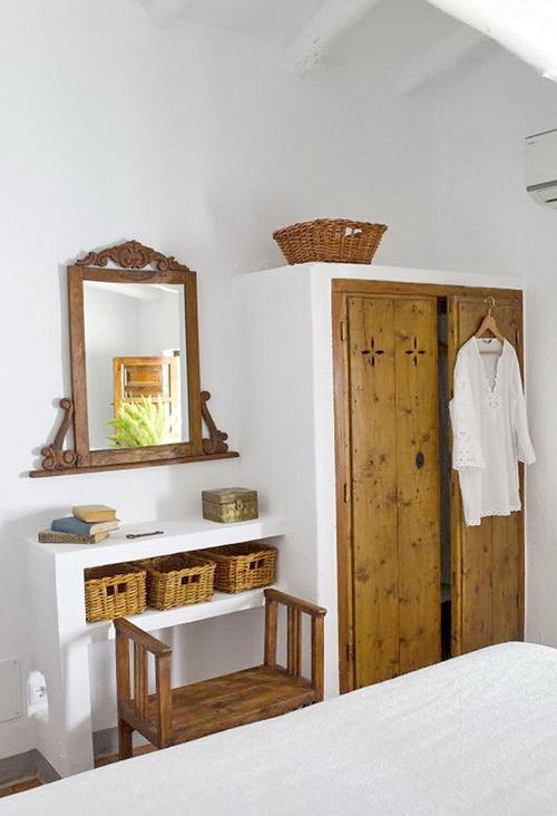 El blanco y la madera en la decoración ibizenca