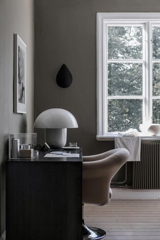 Paredes pintadas de color gris en una casa escandinava