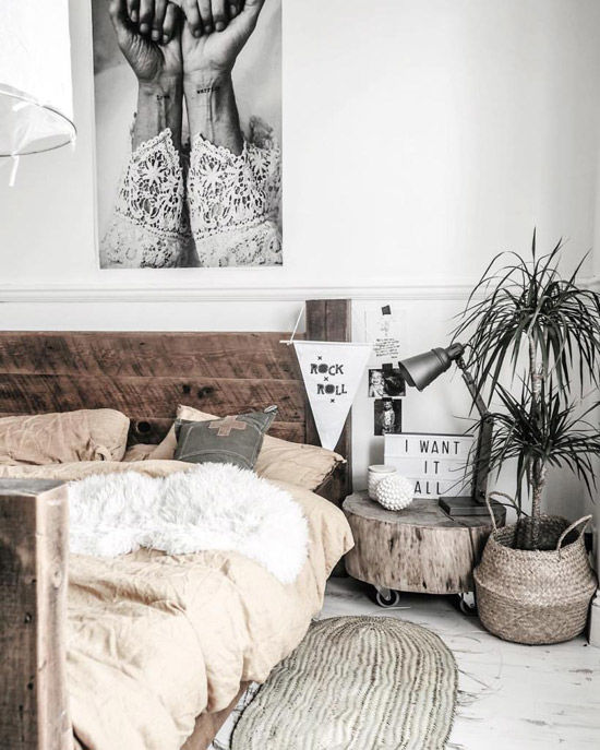 dormitorio de estilo nórdico decorado con cestas de mimbre