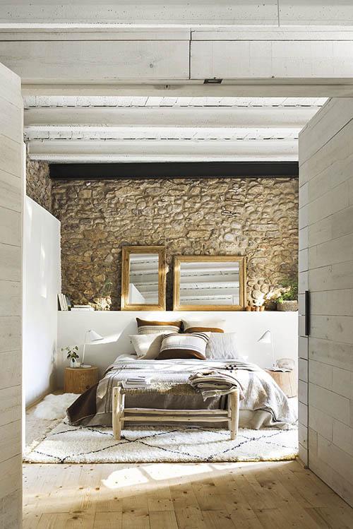 habitación de estilo rústico con pared de piedra