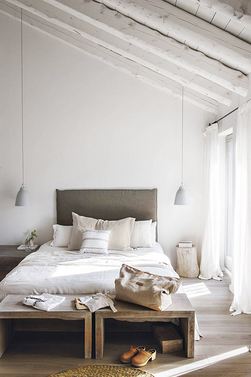 habitación rústica con paredes pintadas de color blanco