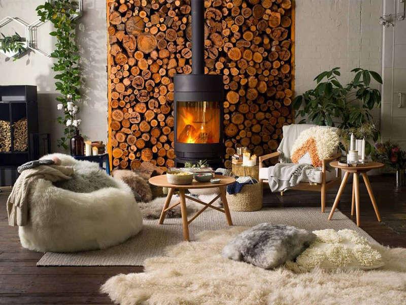 La chimenea de fuego en el hogar escandinavo