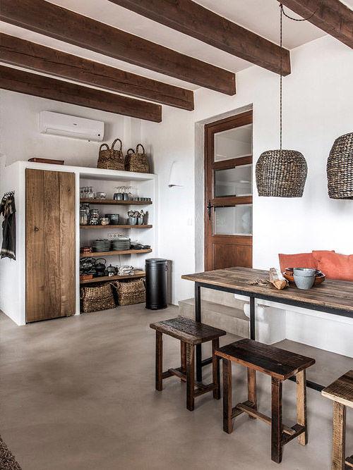 Muebles de madera y lamparas de mimbre en una cocina de estilo rustico