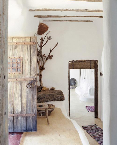 Paredes encaladas blancas y madera en las casas tradicionales griegas