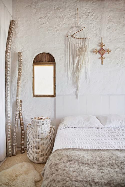 Troncos y ramas para decorar las paredes del dormitorio