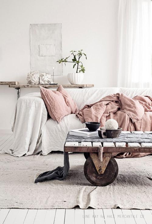 Muebles de madera y textiles en los salones escandinavos
