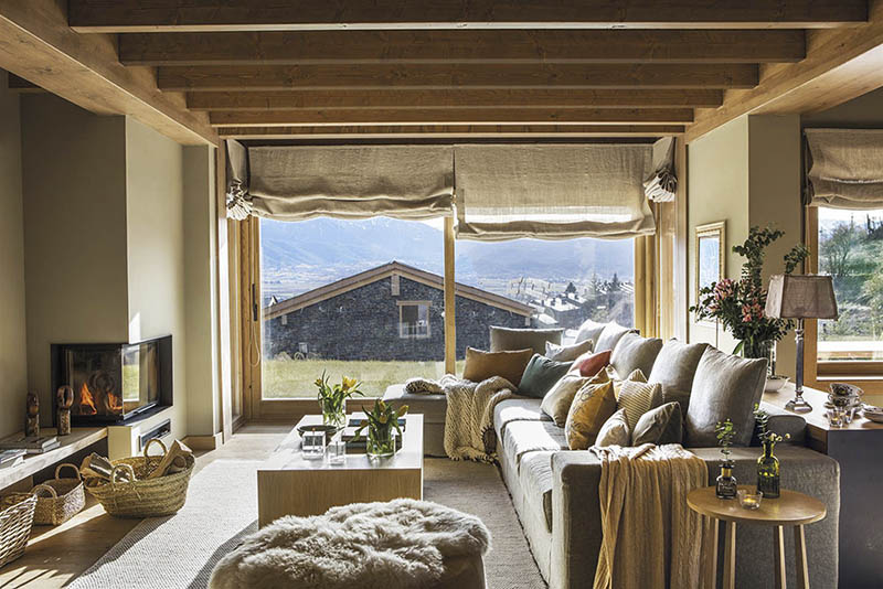salón rústico con chimenea en una casa de montaña