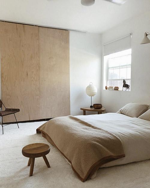 Dormitorio con una lampara de papel en una mesa