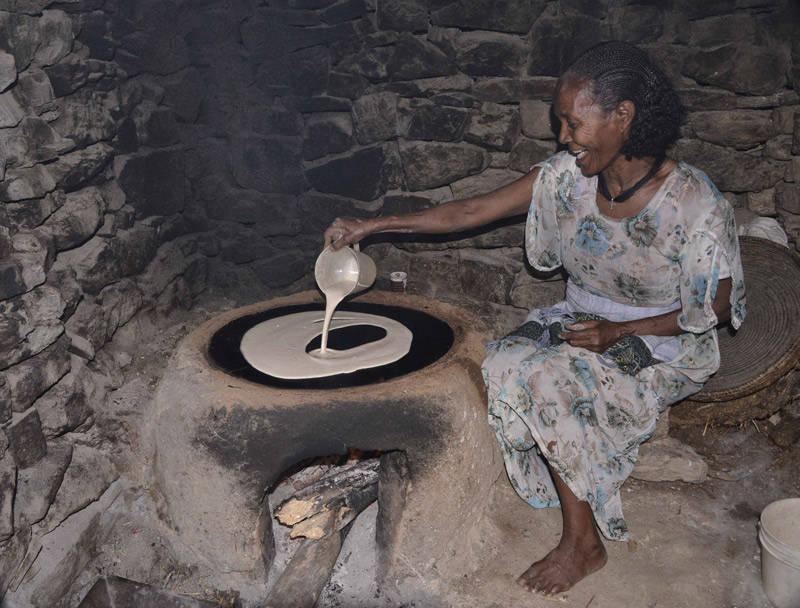 Mujer etíope preparando un injera