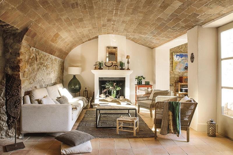 sofá de tres plazas en una casa de campo