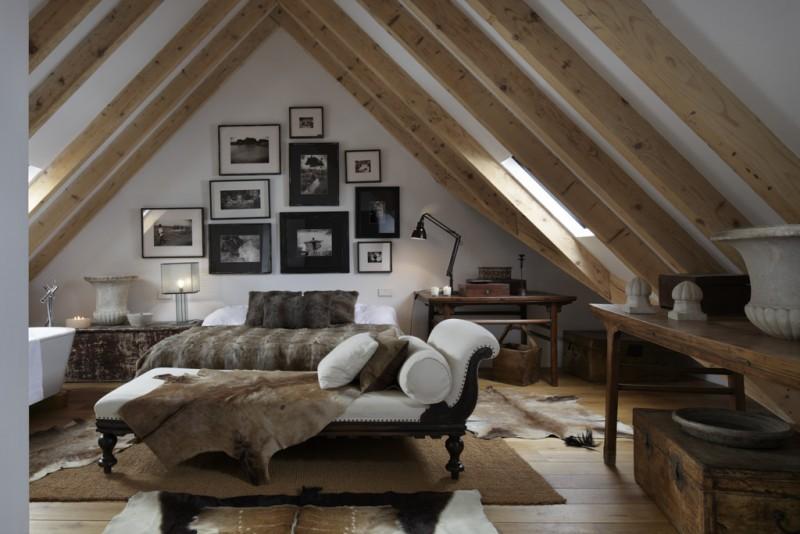 Madera y pieles para decorar una habitación de una casa de montaña
