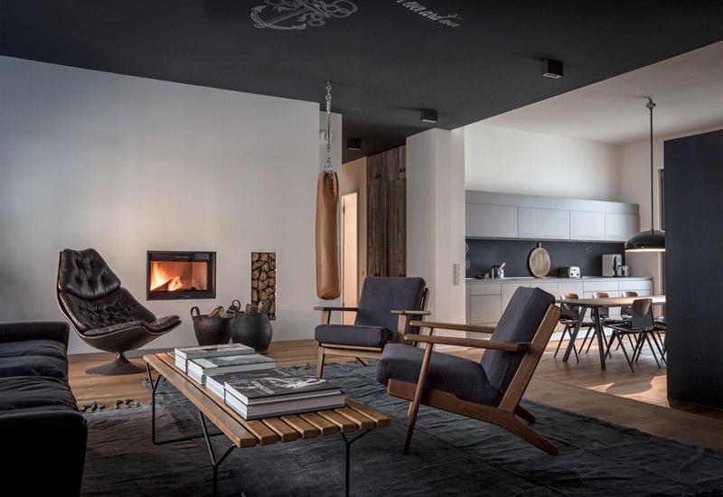 Salón de un apartemento decorado con objetos y muebles vintage industriales