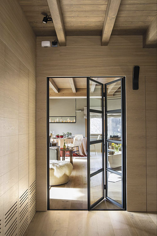 interior de madera en una casa de campo