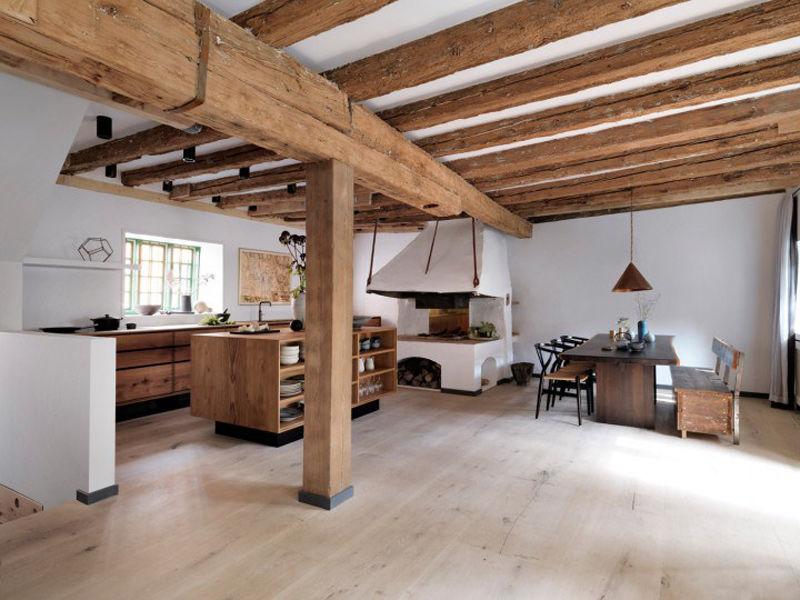 Una casa rural con una cocina de madera moderna