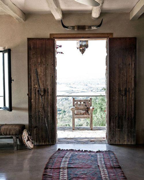 alfombra étnica en una casa de campo