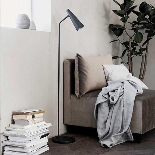 iluminación del salón con lámparas de pie