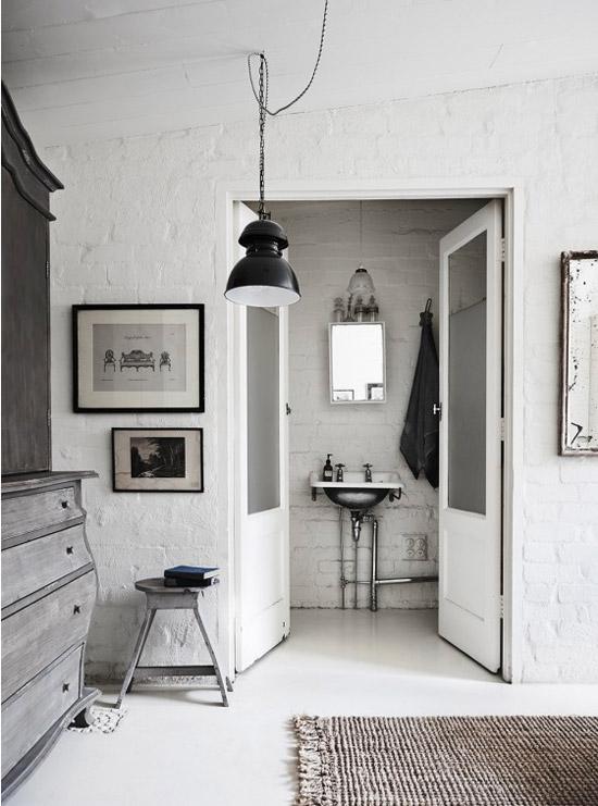 Lámpara de latón y detalles industriales en el baño y la habitación