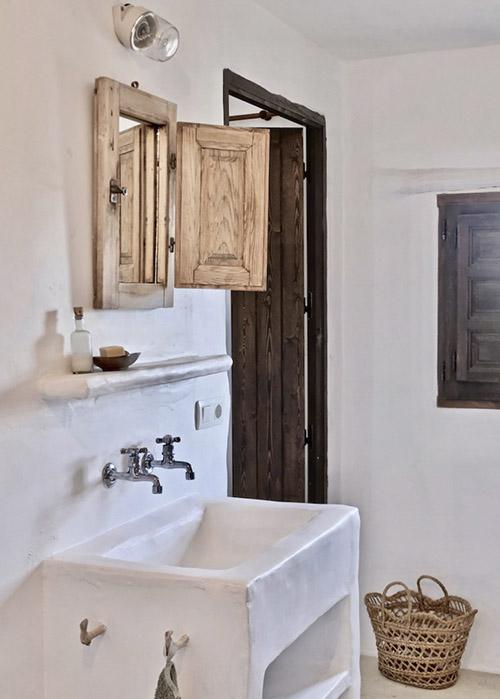 baño con paredes de cal blanca