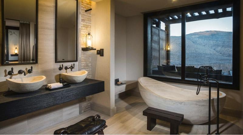 Piedra y madera en un baño de estilo rústico moderno