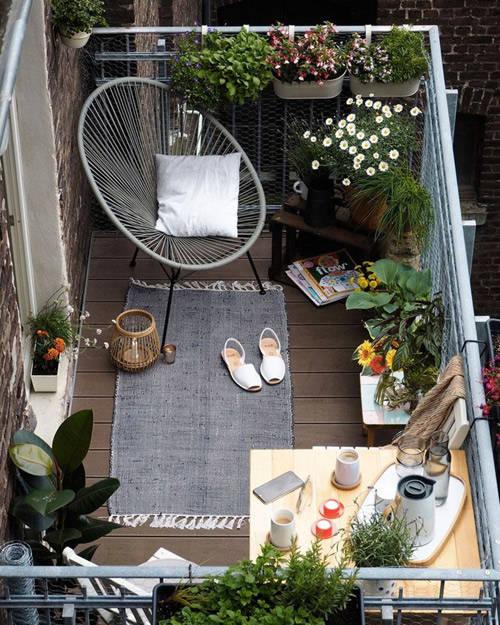 Macetas colgantes en el balcón de casa