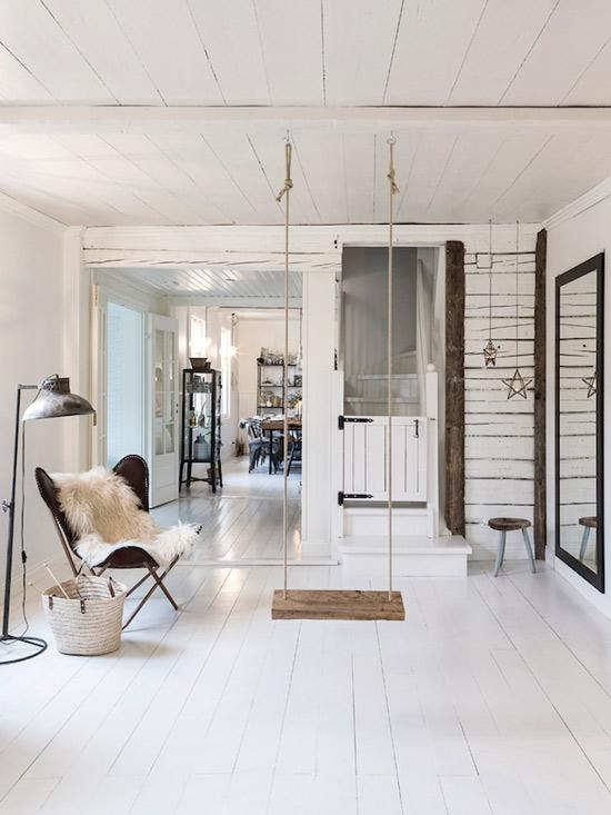La madera de suelos, paredes y techo se ha pintado de color blanco