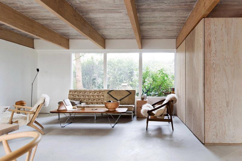 Madera en las paredes y techo de una casa de estilo escandinavo