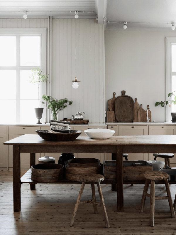 muebles y utensilios de madera en la cocina de casa
