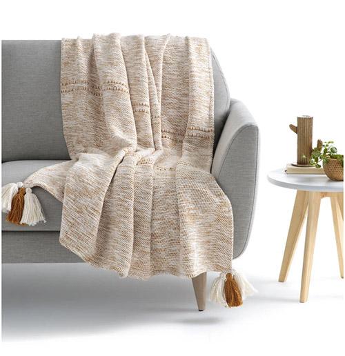 cómo poner una manta en el sofá