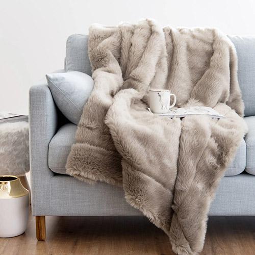 manta de piel para decorar el sofá