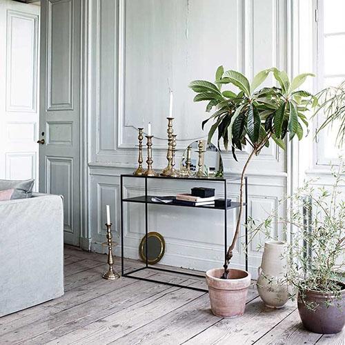 consola de metal para la decoración de un salón de estilo nórdico
