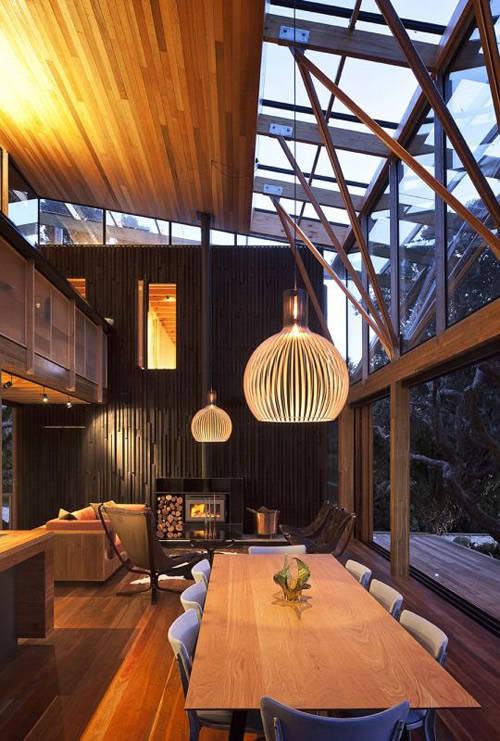 Lámparas de madera en una casa de diseño moderno