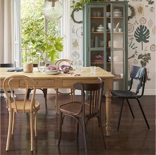 sillas de madera de comedor con una mesa rústica