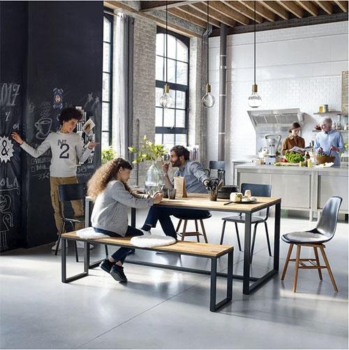 bancos de madera y mesa de estilo industrial para decorar el comedor