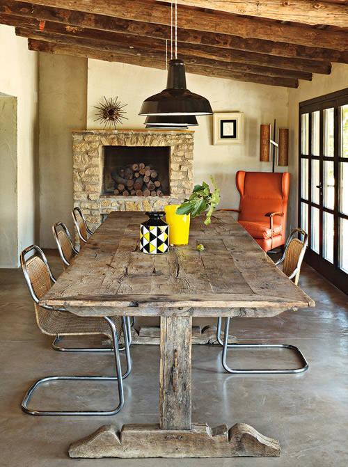 Mesa de madera decorando un comedor de estilo rústico