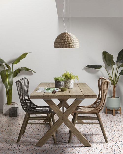mesa de madera con sillas de ratan