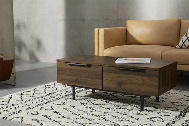 mesa de centro de madera y patas de metal negro