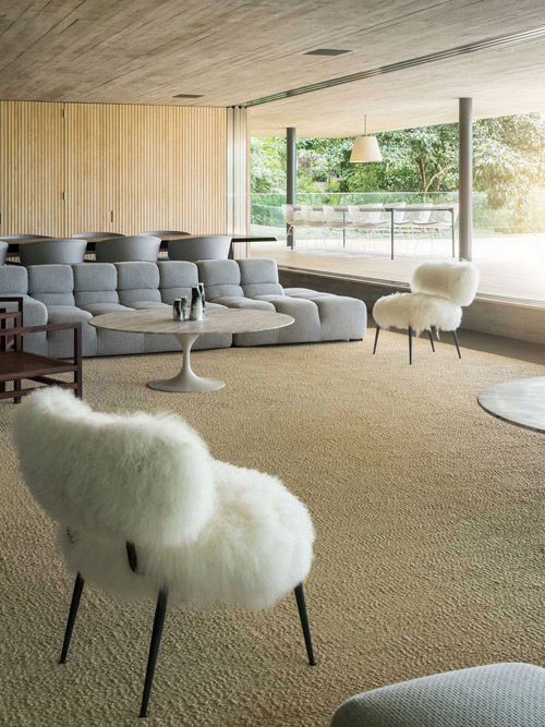Mesa de centro redonda de mármol en una casa moderna